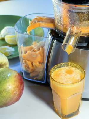 extractor juice low rpm in working produces fresh juice without oxidation, fruit around