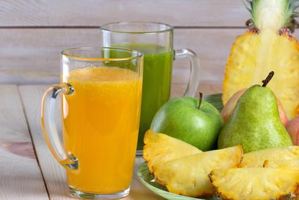 Натуральные соки из фруктов на столе
